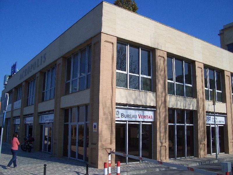 Oficina en el edificio acropolis sotolandproperty avda for Oficina de extranjeria sevilla