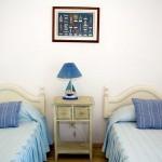 Ap.Sotogrande.  Camas y cabeceros dormitorio secundario.